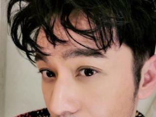 42岁黄晓明晒卷发自拍,颜值回春年轻十岁:这样看一点都不油腻 黄晓明