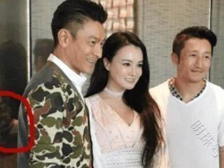 刘德华和邹市明夫妇合照,一个细节体现出他的绅士品质 刘德华