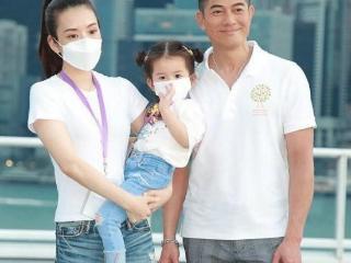 55岁郭富城带妻子方媛现身活动,一家三口同框,颜值真的很高 郭富城