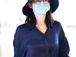 苗苗穿宝蓝色绸缎衬衫优雅大气,戴框架眼镜文艺范儿十足 苗苗