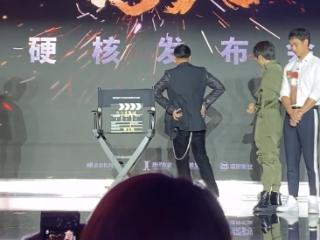 谢霆锋甄子丹泪流满面,背对着观众,原因很感人 谢霆锋