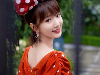 毛晓彤身穿鲜红色长裙戴着超大蝴蝶结可爱又俏皮 毛晓彤