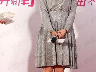 白百何衣品是个谜,波点裙看着挺清新,可惜拼接有点显小腹 白百何