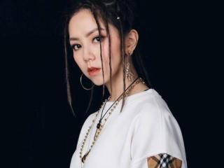 她是中国香港创作型女歌手,曾坦言自己的音乐细胞都是来源于妈妈 动态,邓紫棋创作型女歌手,邓紫棋原名邓诗颖,邓紫棋个人简历资料
