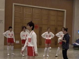 李宇春现身活动,一身的女排服装,运动风格突出 李宇春