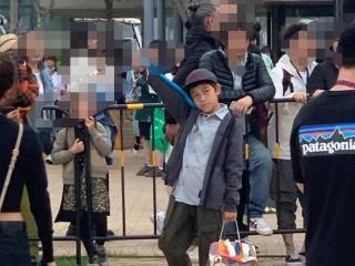 刘烨妻子安娜带10岁儿子看话剧,身高长高了很多 刘烨