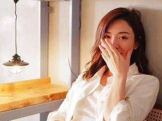 王敏奕发布唯美照片,穿白色恤衫十分温柔气质 王敏奕