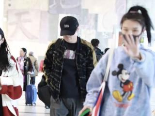 沈腾女助理低调现身机场,肩上大背包手看起来很冷,状态完全不同 沈腾
