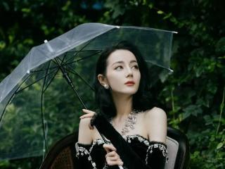 迪丽热巴一袭黑丝绒公主裙,俏脸妩媚,秀眸灵动 明星