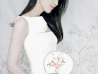 黄圣依白裙写真曝光,手持水墨画扇子侧颜精致 黄圣依