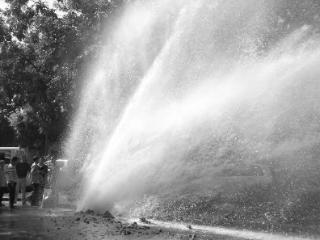 梦到水管破裂喷大水是什么意思?做这样的梦好不好 梦的故事,梦到水管破裂,梦到水管破裂喷大水