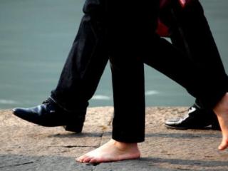 梦见自己光脚走路的含义是什么?梦见自己光脚走路意味着什么? 身体,梦见自己光脚走路,孕妇梦见自己赤脚走路