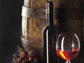 橡木桶陈年是什么意思呢?它对葡萄酒有什么作用呢?一起来看! 名酒资讯,橡木桶陈年的意思,橡木桶陈年有什么作用