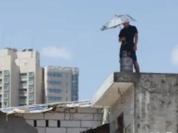 晚上睡觉的时候梦见爬到屋顶在现实中财运怎么样?做这种梦好不好 梦境解析,爬到屋顶,梦见爬到屋顶什么意思