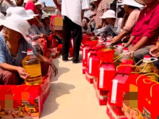 草帽姐给全村人送月饼和食用油,网友:好人难做! 网红,草帽姐个人资料,草帽姐最新动态,草帽姐怎么了