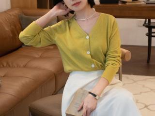 秋季,穿羊毛针织衫真的很美?搭配白色半身裙高级优雅,减龄时髦