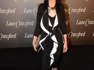 56岁的张曼玉魅力全开!黑色西服搭配连衣裙高贵优雅,减龄时髦
