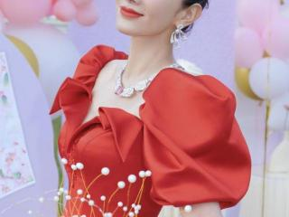44岁黄奕生日,红裙配丸子头甜美妩媚,8岁女儿铛铛太不像妈妈了