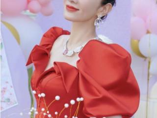 44岁黄奕生日,超大型玫瑰花达到半人高,和女儿草地上拍照