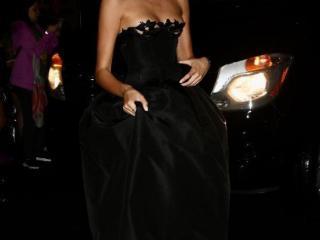 Kaia Gerber参加大都会盛典活动,一袭黑色抹胸长裙优雅大方