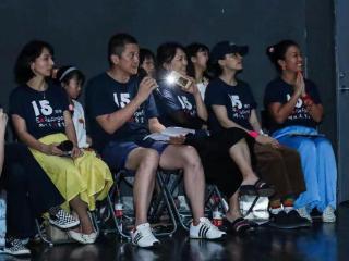 罗海琼与李亚鹏参加公益活动,瘦到让人惊讶,网友表示注意身体