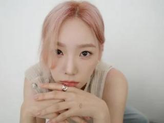 韩国美女金泰妍粉发造型衬皮肤细嫩白皙!太性感迷人了