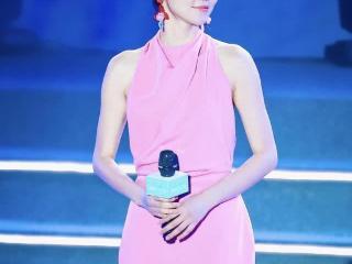 """黄梦莹真敢挑战,着粉色连衣裙大秀美背,脚踩""""两根针""""也能行"""