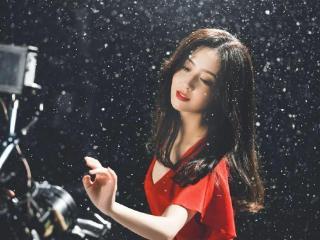 佟丽娅穿红裙雪中起舞唯美又浪漫!雪肤玉貌太性感撩人
