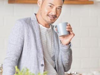 TVB男艺人与妻子恋爱多年依旧甜蜜 夫妻俩逛街手牵手兼当众喂雪糕