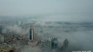 青岛沿海一线出现平流雾 建筑若隐若现宛如童话世界