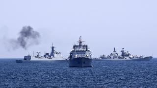 美俄总统会晤之际,大批俄军逼近美国领土,美航母、隐形战机出动