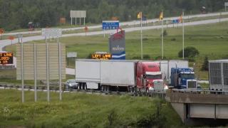 要求解除限制措施 抗议者阻断加拿大104号高速公路