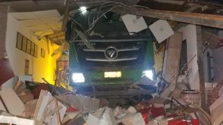 惊险!北京丰台,渣土车一头扎进茶叶店,女店员被卷车底,消防紧急救援!