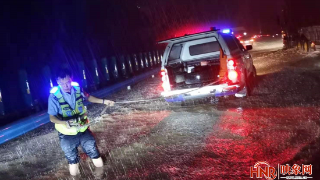 暴雨中的河南公安力量 直击高速上这些温暖的感人瞬间