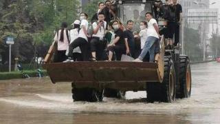 陕西救援力量驰援河南 两艘冲锋艇接送上百人被困群众