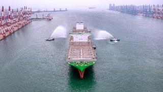 """世界最大集装箱船""""长范""""(EVER ACE)轮首航青岛"""